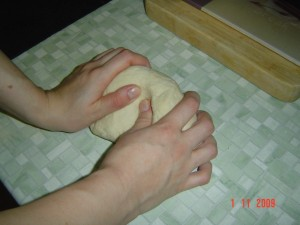 Тесто на пельмени и вареники. Шаг 2