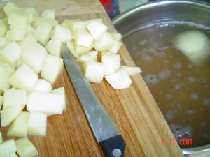 Бульон с картофелем и пельменями. Шаг 3