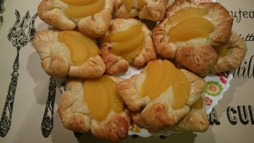 Булочки из слоёного теста с персиком и заварным кремом